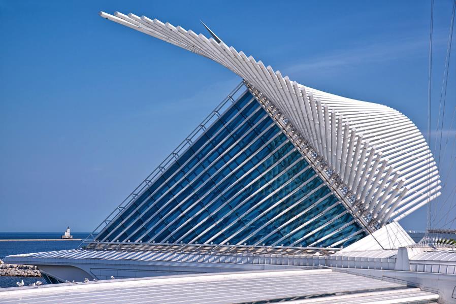 密爾瓦基美術館 Milwaukee Art Museum  威斯康辛州旅游 密爾瓦基是威斯康辛州的最大城市。密爾沃基市座落在世界五大淡水湖之壹的密執安湖畔。該市雖然只是個普普通通的中等城市,卻擁有壹個現代的、美輪美奐的建筑,這就是密爾沃基藝術博物館  博物館整體面積31700平方米,現在所看到的通體潔白的部分,實際上是在老博物館基礎上的擴建工程,于2001年完成并開館。  密爾瓦基美術館(Milwaukee Art Museum)自1888年密爾沃基是第一個藝術畫廊到今天的博物館已經成長為密爾瓦基